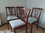 Vier Stühle aus massiven Holz