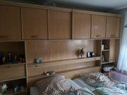 Schlafzimmer mit Bett Kommode und
