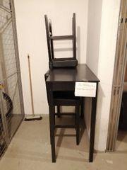 Tisch und zwei Stühle