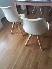 Vier Esszimmer Stühle cremefarben