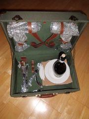 Nostalgischer Picknickkoffer mit Metallbeschlägen und
