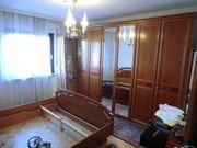 Schlafzimmerschrank und Doppelbett in Echtholz