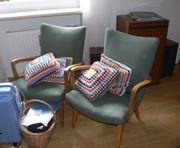 Zwei alte Sessel mit grünem
