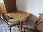 Kleiner Tisch mit 2 Stühlen
