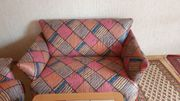 Zweisitzer-Sofa und Tisch