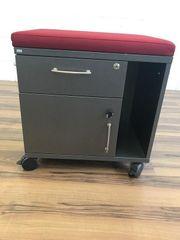 Rollcontainer mit rotem Sitzkissen von