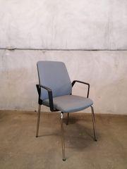 grauer Stuhl mit Armlehnen