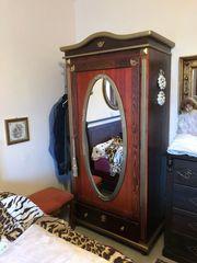 Schmaler Kleiderschrank mit Spiegel