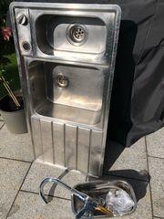 Küchenspüle mit Wasserhahn