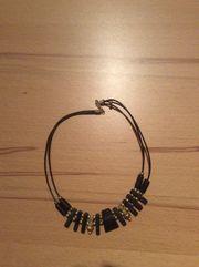 Schwarze Halskette mit Goldverzierung Holz