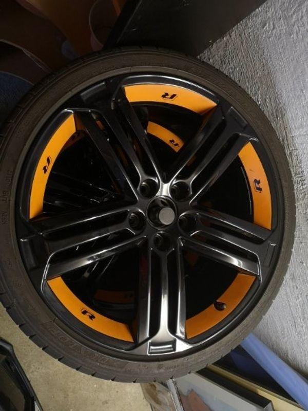 VW Talladega 19 Zoll in schwarz / Top Zustand - Filderstadt - Hallo, ich verkaufe hier meine originalen VW Talladega 19zoll Felgen mit Sommerreifen.Die Felgen haben keinerlei Macken, Bordsteinschäden oder Lackplatzer.Das orangene auf meinen Felgen ist nur Folie und kann auf wunsch gerne entfernt werde - Filderstadt