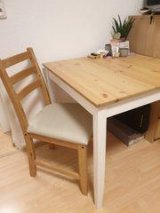 Tisch 74x74 und zwei Stühle