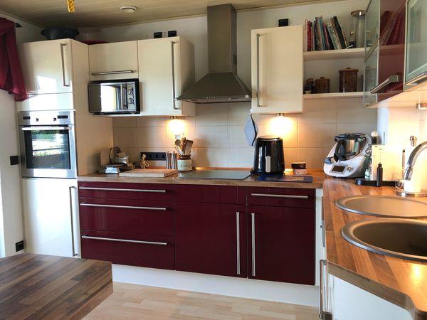L-Küche von Nobilia, Hochglanz weiß/rot mit Elektrogeräten ...