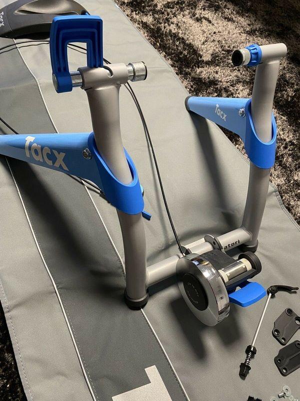 Tacx Satori Rolltrainer mit Vorderradhalterung