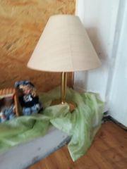 Tischlampe mit goldfarbenem Fuss und