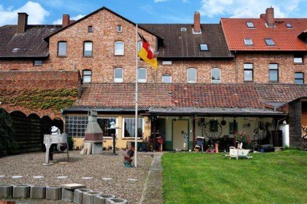 Mehrfamilienhaus mit Nebengebäude und großem