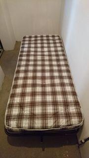 Praktisches Gästebett - zusammenklappbar auf Rollen