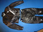 Motorradausrüstung Lederkombi Stiefel Helm Regenkleidung