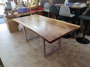 Massivholz-Tisch mit geflammter Maserung