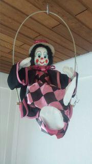 Clown und Korbsessel
