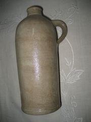 uralter Krug mit Henkel Henkelflasche