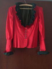 Rotes Trachtenkostüm und schwarzer Trachtenrock