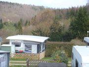 Wohnwagen mit Vorzelt und Schutzdach