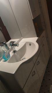 Waschplatz Badschrank Waschtisch und Spiegel