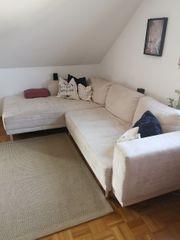 Schönes cremefarbenes Sofa
