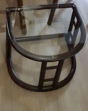 Kleiner Tisch mit Glasplatte