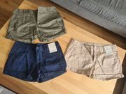 Auswahl an Damenkleidung in Gr
