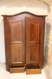 Schöner alter Holzschrank