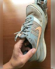 Turnschuhe Sneaker Joggingshuhe stark gebraucht