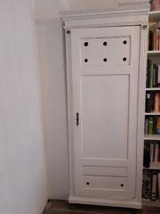 Antiquarischer Weichholzschrank weiß lackiert