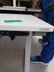 Neue elektrisch höhenverstellbare Bürotische von