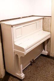Klavier in weiß der Marke
