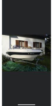 Sportboot mit 50 PS Außenborder
