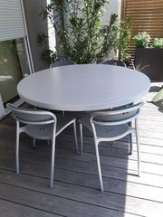 Gartentisch mit 4 Designerstühlen