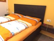 Doppelbett mit elektrischen Lattenrosten