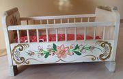 Puppenbett aus Holz mit Bauernmalerei