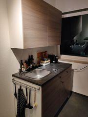Küche mit Oberschrank und Unterschrank