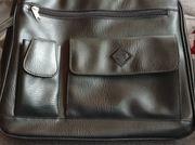 grosse Handtasche mit vielen Fächern