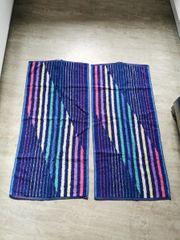 Zwei blaue bunte Duschhandtücher 100