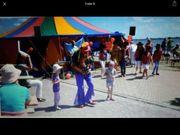 Luftballonmodellation im Clownskostüm Stelzenläufer mit