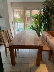 Großer Esstisch aus massivem Holz