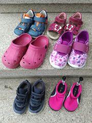 Kinderschuhe und Sandalen