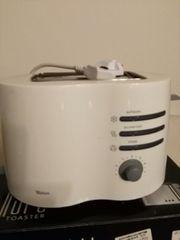 Toaster und Modeleisenbahn mit Loko
