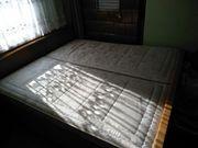 Schlafzimmer mit Lattenrosten und Matratzen