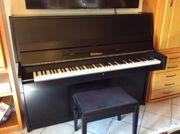 Klavier mit Klavierbank