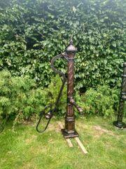Alte Brunnenpumpe Gußeisen Natursteinsockel Gartenpumpe